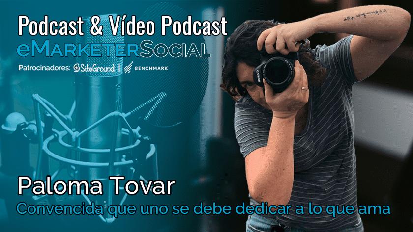Paloma Tovar con su cámara fotográfica en acción